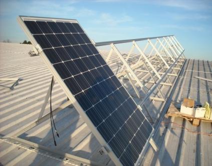 התקנת מערכת סולארית על גג