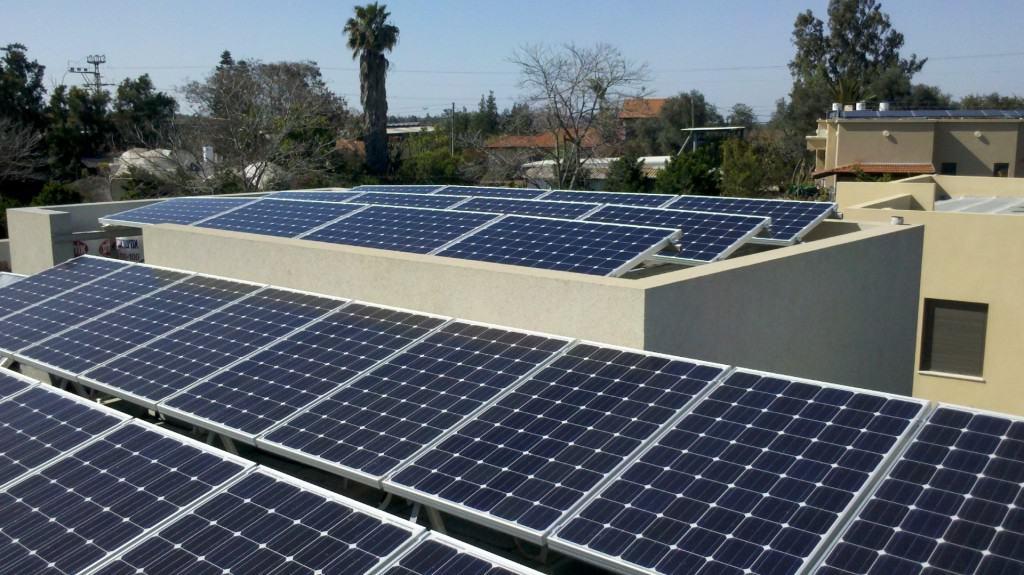 דוגמה לפאנל סולארי על גג בית